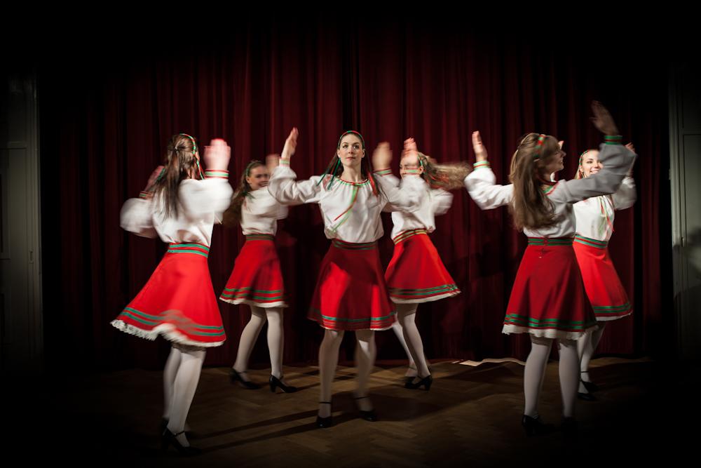 """Ryskan: En äkta rysk folkdanspastisch med karaktäristiska blusar och diadem som ibland far som sputnikar över publiken. Dessa """"ryska dockor"""" med stark karaktär och stilrena formationer får den blygaste person att tjoa med och klappa takten!"""