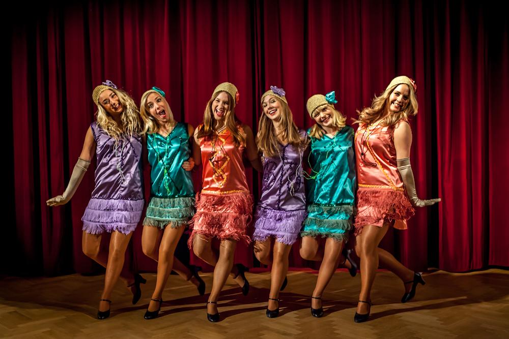 """Charleston: Plötsligt förflyttas publiken till Bostons vilda 1920-tal. Patricia stormar in, iklädda tidstypiska färggranna klänningar med fransar och paljetter, långa pärlhalsband, handskar och små virkade mössor. Ett oerhört charmigt och publikfriande nummer med massor av stora leenden och slängkyssar. """"Toot-toot-tootsie, goodbye!"""""""