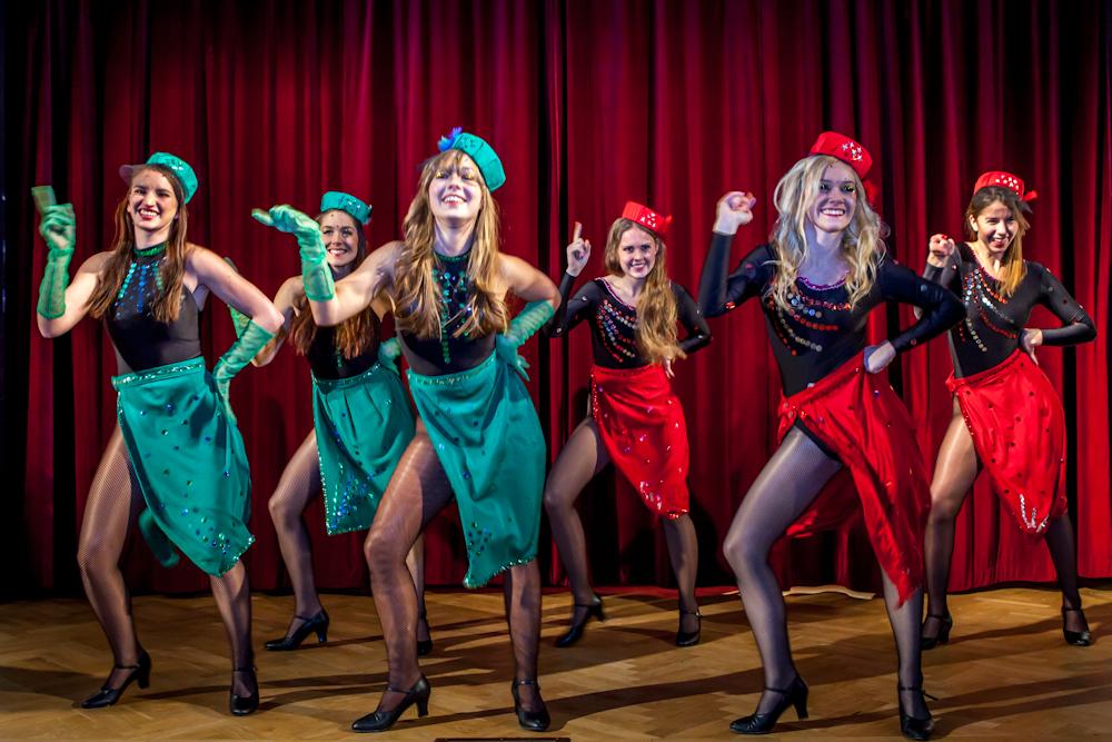 Sing Sing Sing: Swingeran i sin paljettstinna och mest glamourösa lyxförpackning. Den som missade New York 1935 behöver inte vara ledsen, dansen är rena tidsmaskinen. Med pilleraskar och svarta nätstrumpor trippar swingen personifierad in i rummet.