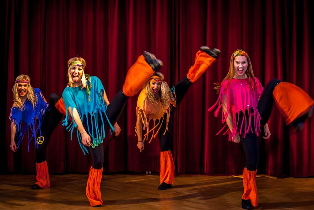 Hair: Patriciabaletten konserverar hippieepoken – fast utan mystiska droger. Många kan nynna med till dessa välkända toner, och det är svårt att stå emot impulsen att hoppa upp och dansa med. Utsvängda byxor, långa fransar och mycket flygande hår!